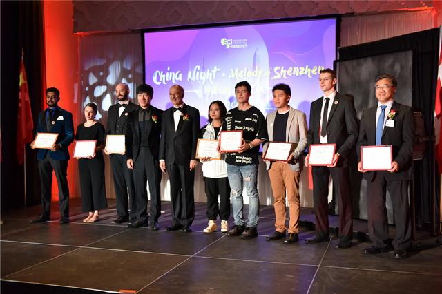 26、刘桓铭、莫伟力为创新大赛获奖代表颁发「创业之星奖」